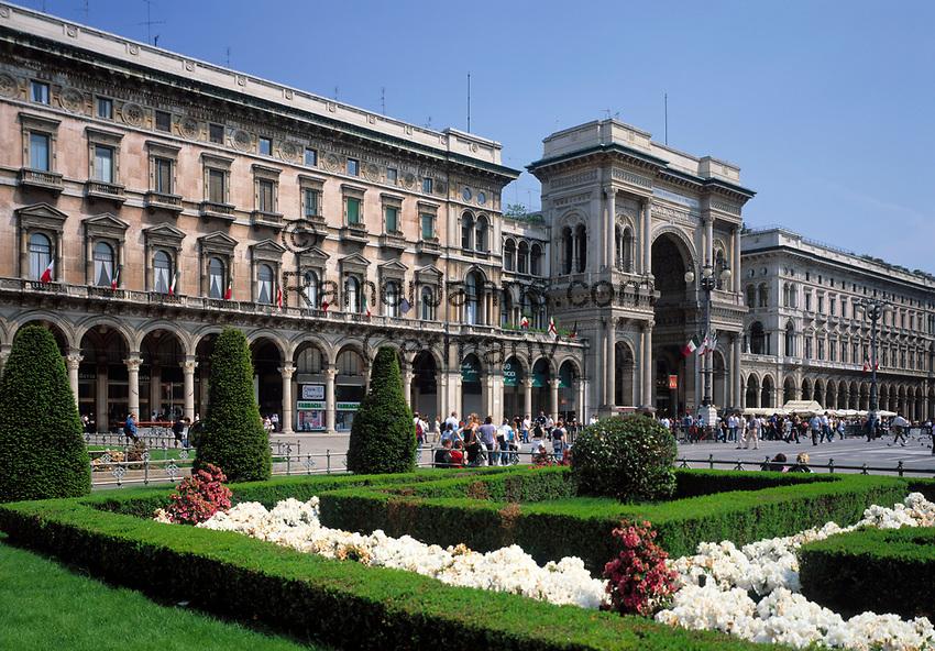 Italien, Lombardei, Mailand: Piazza del Doumo mit der Galleria Vittorio Emanuele | Italy, Milan: Piazza del Doumo with Vittorio Emanuele Arcade