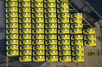 Schiffs Transport von Rettungsfahrzeugen: EUROPA, DEUTSCHLAND, HAMBURG (EUROPE, GERMANY), 28.12.2014: Rettungsfahrzeuge fuer den Roten Halbmond warten auf Transport am Uni Kai im Hamburger Hafen