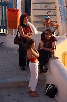 Touristen betrachten den Sonnenuntergang vor der Burg in Oia, Insel Santorin (Santorini), Griechenland, Europa