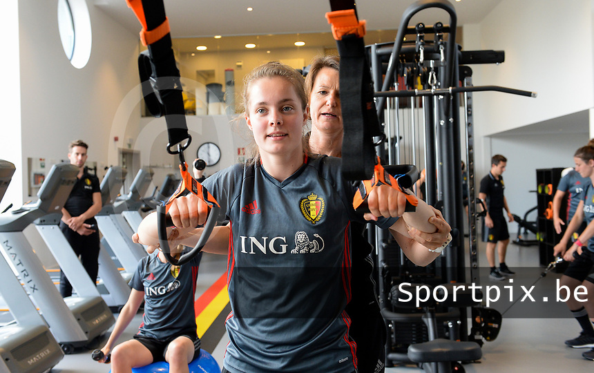 20170608 – TUBIZE , BELGIUM : illustration picture shows a part of the red flames team with Diede Lemey , assisted by physio Fabienne Van De Steene during a fitness and physical session at the fitnessroom of the Belgian national women's soccer team Red Flames trainingscamp to prepare for the Women's Euro 2017 in the Netherlands, on Thursday 8 June 2017 in Tubize.  PHOTO SPORTPIX.BE | DAVID CATRY
