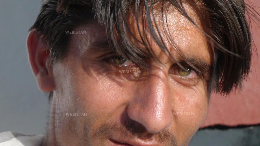AFGHANISTAN - 9 aout 2009 : Route de Bagram, entre Kaboul et la vallee du Panjshir. .Portrait d'un homme afghan. ..AFGHANISTAN - August 9th, 2009 : Road to Bagram, in between Kabul and the Panjshir Valley. .Portrait of an Afghan man.