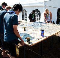 A bunch of people bulding a giant puzzle with 18,000 pieces. Photo: Johanna Mårtensson/Scouterna