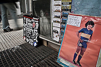 Buenos Aires, Argentina...Imagens da cidade de Buenos Aires, capital da Argentina. Banca exibindo cartaz do jogador de futebol Diego Maradona...The Buenos Aires city. In this photo the Diego Maradona poster. ..Foto: JOAO MARCOS ROSA / NITRO