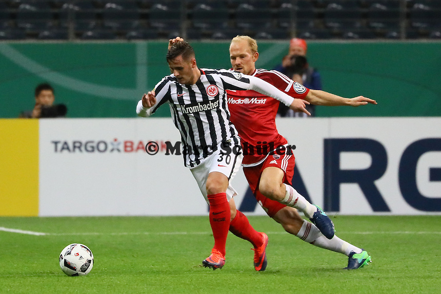 Shani Tarashaj (Eintracht Frankfurt) gegen Tobias Levels (FC Ingolstadt 04) - 25.10.2016: Eintracht Frankfurt vs. FC Ingolstadt 04, 2. Hauptrunde DFB-Pokal, Commerzbank Arena