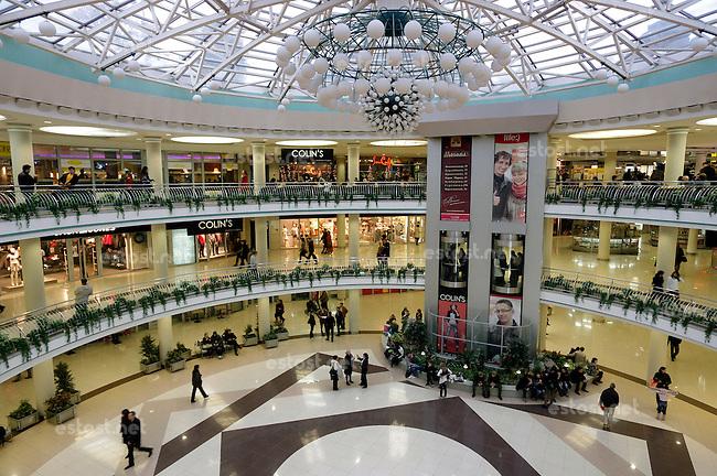 Belarus, 10.2011, Minsk. Luxurioeses neues Einkaufszentrum mit westlichen Marken. Einkaufen kann hier kaum Jemand. | Luxurious new shopping mall with Western brands. Hardly anyone is able to shop here..© Martin Fejer/EST&OST