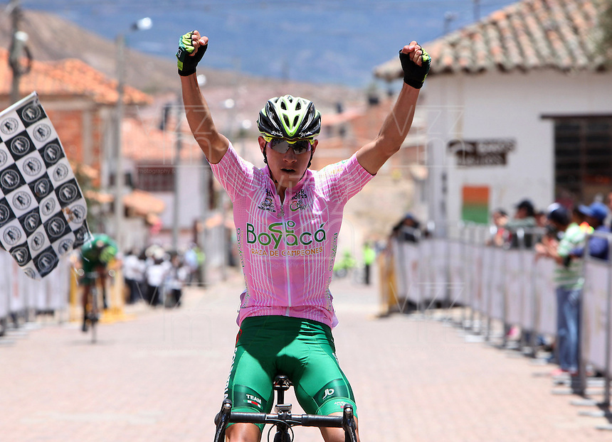 BOYACA - COLOMBIA: 09-09-2016. Miguel Eduard Florez ganador en la tercera etapa de la 38 versión de la vuelta Ciclista a Boyaca 2016 que se corre entre Duitama y Sachica. La prueba se corre entre el  7 y el 11 septiembre de 2016./ Miguel Eduard Florez winner of the third stage of the Vuelta a Boyaca 2016 that took place between villages of Duitama y Sachica. The race is held between 7 and 11 of September of 2016 . Photo:  VizzorImage/ José Miguel Palencia / Liga Ciclismo de Boyaca