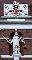 Wapen van Haarlem en Vrouwe Justitia aan de gevel van het stadhuis in Haarlem