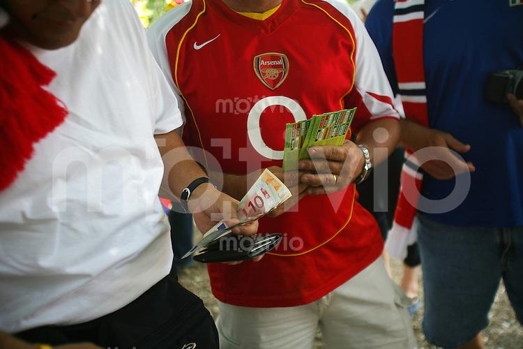 Feature Tickets          Englische Fans kaufen vor dem Stadion Schwarzmarkttickets fuer das Achtelfinale England gegen Ekuador.