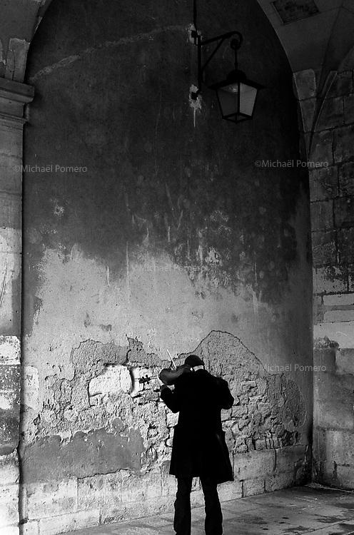 Paris (&icirc;le de france)<br /> <br /> Musicien en train de jouer du violon.<br /> <br /> Musician playing the violin.