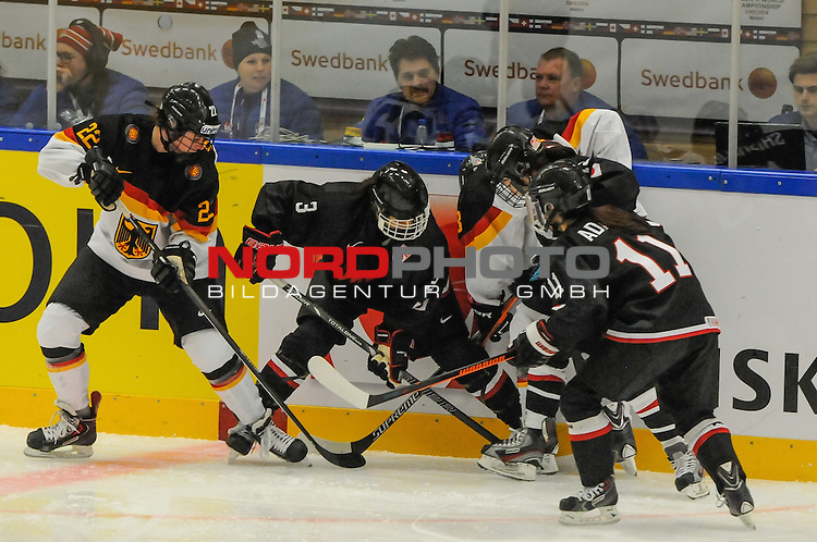 03.04.2015, Rosengards Ishall, Malm&ouml; , SWE, IIHF Eishockey Frauen WM 2015, Deutschland (GER) vsJapan (JPN), im Bild, Kampf an der Bande, Marie DELARBRE (#22, Merrimack College), Carina STROBEL (#13, ECDC Memmingen Indians), Rina TAKEDA (#3, JPN), Miho SHISHIUCHI (#19, JPN), Yurie ADACHI (#11, JPN)<br /> <br /> <br /> ***** Attention nur f&uuml;r redaktionelle Berichterstattung *****<br /> <br /> Foto &copy; nordphoto / Hafner