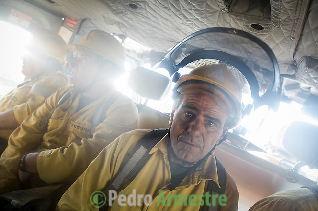 INFOCA Members of the brigade wildfires of Iznalloz and Puerto Lobo of Granada traveling on a helicopter to put out a wildfire in Bedar, in Almeria, on August 26, 2012.  AFP PHOTO / Pedro ARMESTRE