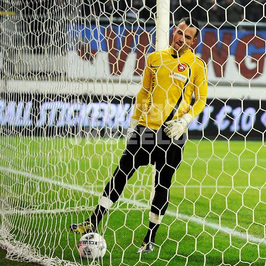 HEERENVEEN - Voetbal, SC Heerenveen - FC Oss, knvb beker,  Abe Lenstra stadion, seizoen 2011-2012, 21-12-2011 FC Oss doelman Vincent Trier moest 11 maal de bal uit het net halen.