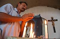 Vaqueiro reza ao começar o dia na capela da fazenda Arari.<br /> Cachoeira do Arari, Pará, Brasil.<br /> 08/05/2006<br /> Foto Paulo Santos/Interfoto