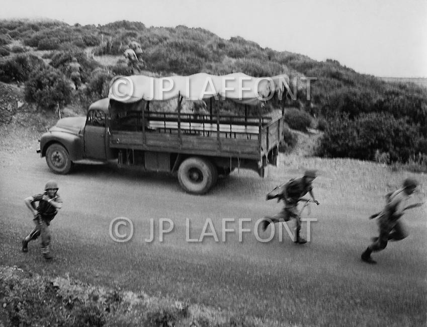 Ecole Militaire d'Infanterie de Cherchell, Algérie, October 1960. EOR (Eleves Officiers de Reserves) Excercise to react at an ambush.