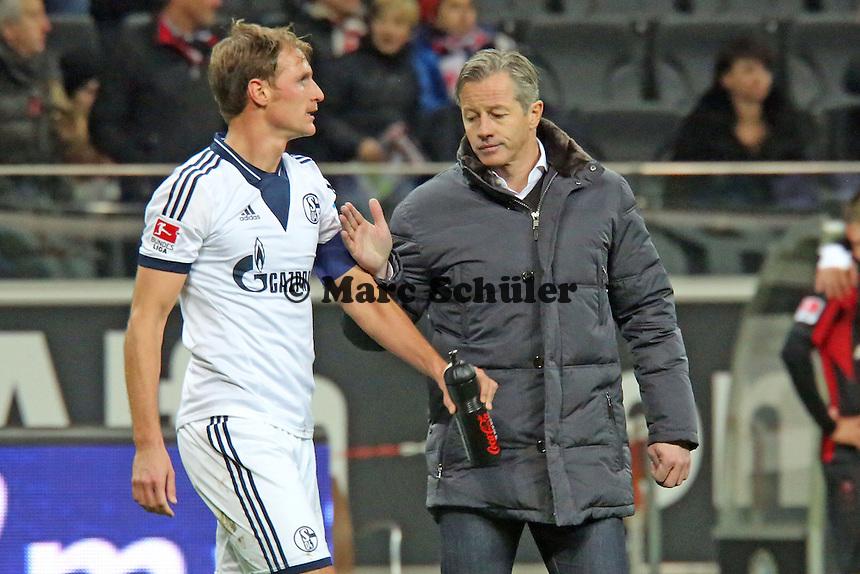 Trainer Jens Keller (Schalke) bedankt sich bei Benedikt Höwedes  - Eintracht Frankfurt vs. FC Schalke 04, Commerzbank Arena