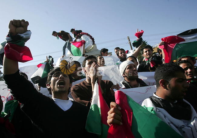 Palestinians take part in a symbolic funeral for Italian activist Vittorio Arrigoni in Gaza City, 15 April 2011. Security personnel found the body of Arrigoni, a pro-Palestinian activist from Italy, who was killed and left in an abandoned house in the Gaza Strip following his abduction by militants, Hamas said. Photo by Mohammed Othman