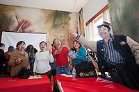 QQuerétaro, Qro. 07 de marzo de 2014.- Después de dos borradores y toda una madrugada de trabajos en las oficinas de Conciliación, este medio día firmaron el acuerdo para dar fin a la huelga en la UAQ (Universidad Autónoma de Querétaro). La firma entre el STEUAQ y la rectoría se realizó en el salón de la historia de la Junta de Conciliación. <br /> En el Centro Universitario las banderas las retiraron los trabajadores a la llegada del actuario y del abogado de la universidad, Oscar Guerra.<br />  <br /> Foto: Demian Chávez / Obture Press Agency.