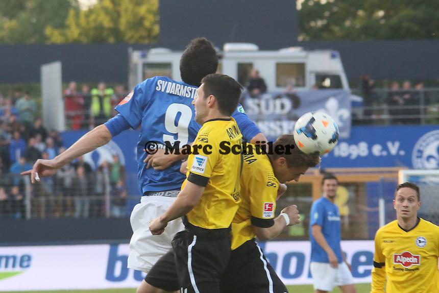 Dominik Stroh-Engel (SV98) im Kopfballduell - SV Darmstadt 98 vs. Armina Bielefeld, Stadion am Böllenfalltor