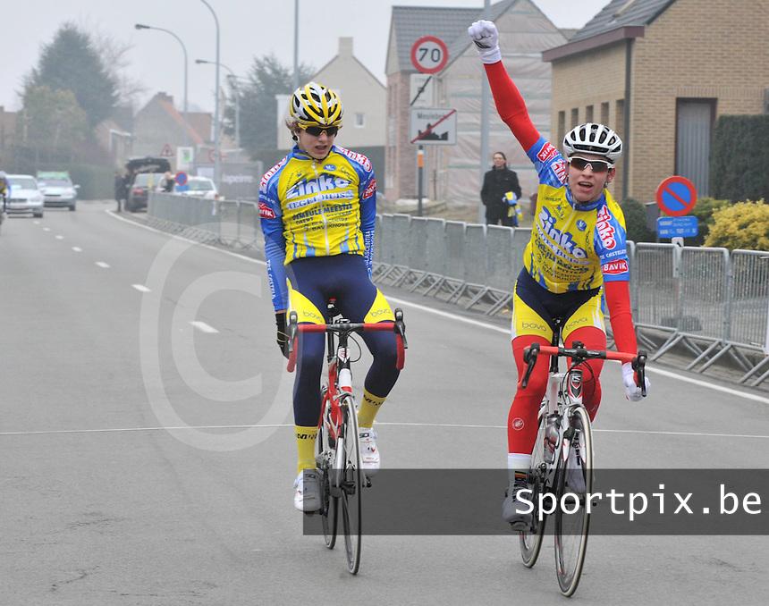 Clubkampioenschap WC De Molenspurters Meulebeke Nieuwelingen : Manolito Balcaen (rechts) wint in de spurt van Kevin Nobus die te vroeg juichtte..foto VDB / BART VANDENBROUCKE