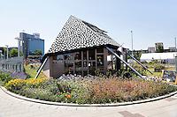 Nederland, Utrecht ,Paviljoen pOp . Paviljoen pOp is een bijzondere pleisterplaats midden tussen de rijwegen van het Westplein in Utrecht. Het is een werkruimte met WiFi, ondersteund met een eenvoudige, veelal biologische catering . Pioniers op het gebied van vormgeving, stadsontwikkeling en maatschappelijk verantwoord ondernemen vinden vanuit de wijde omgeving hun weg naar pOp. Paviljoen pOp heeft zes zijden:<br />  - Beeldende kunst<br />  - Repair Café<br />  - Muziek<br />  - De Proefplaats voor inspirerende bijeenkomsten<br />  - Energie & Wonen<br />  - Verhuur