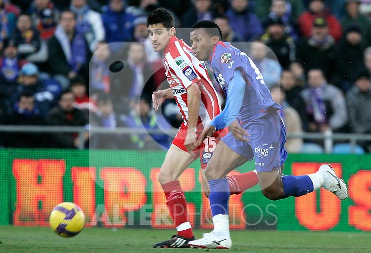 Getafe's Ikechuwku Uche against Sporting de Gijon's Roberto Canella during La Liga match, January 25, 2009. (ALTERPHOTOS).