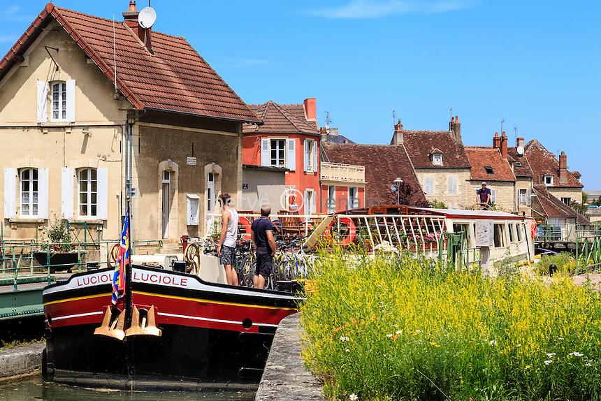 France, Nièvre (58), Clamecy, écluse de Clamecy sur le canal du Nivernais // France, Nievre, Clamecy, Clamecy lock on the Canal du Nivernais