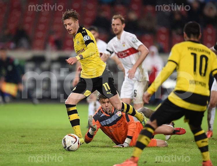 FUSSBALL DFB POKAL VIERTELFINALE SAISON  2015/2016  VfB Stuttgart - Borussia Dortmund              09.02.2016 Marco Reus (li, Borussia Dortmund) enteilt Torwart Mitchell Langerak (am Boden, VfB Stuttgart)