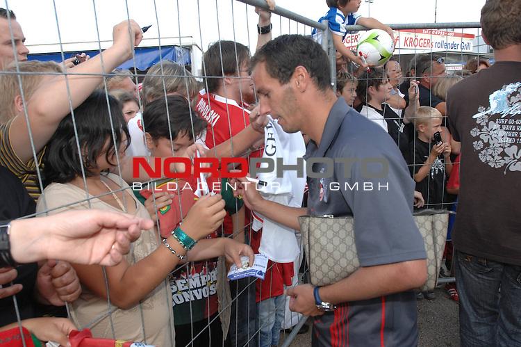 DFB Pokal 2009/2010,  1. Hauptrunde,  BSV Kickers Emden vs. 1. FC KŲln,  <br /> Petit (KŲln #8 POR) gibt Autogramme<br /> Einzelsituation, Querformat, Blick nach links<br /> <br /> <br /> Foto &copy; nph (  nordphoto  )<br /> <br />  *** Local Caption *** <br /> Fotos sind ohne vorherigen schriftliche Zustimmung ausschliesslich fŁr redaktionelle Publikationszwecke zu verwenden.<br /> <br /> Auf Anfrage in hoeherer Qualitaet/Aufloesung