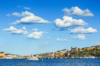 Fartyg på Riddarfjärden med Södermalms Mariabereg i Stockholm