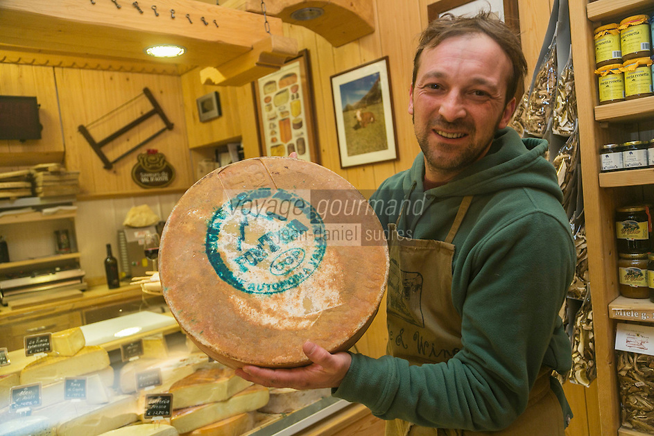 Italie, Val d'Aoste, Courmayeur: Paolo Panizzi, fromager, Cheese & Wine   et une fontina // Italy, Aosta Valley,  Courmayeur: Paolo Panizzi, cheesemonger, Cheese & Wine  , with fontina cheese