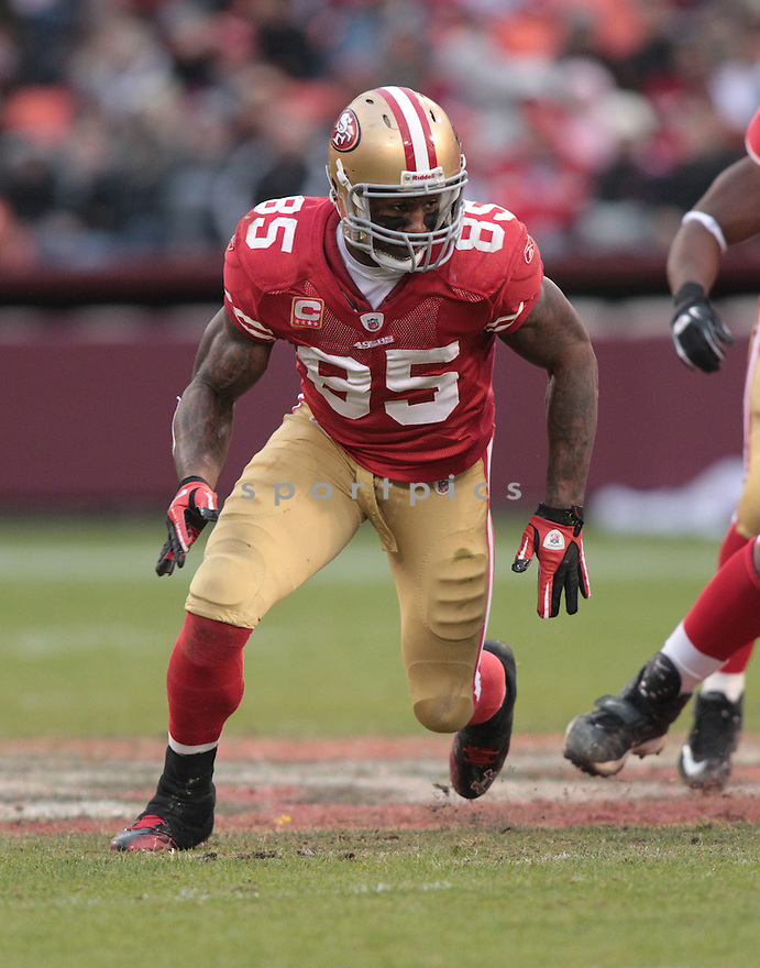 VERNON DAVIS, of the San Francisco 49ers in action durIng the 49ers game against the Arizona Cardinals at Candlestick Park on January 2, 2011 in San Francisco, California.. .49ers beat the Cardinals 38-7