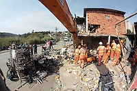 SÃO PAULO,SP, 14.07.2016 - ACIDENTE-SP - Vista do local onde um caminhão invadiu uma casa na Avenida Santa Inês, na Zona Norte de São Paulo, na noite de ontem quarta-feira (13). Segundo o Corpo de Bombeiros, 10 pessoas ficaram feridas no acidente, ocorrido perto do número 4.500 da via. Oito equipes da corporação prestaram o socorro. (Foto: Marcio Ribeiro/Brazil Photo Press)