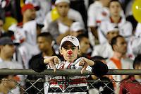 SÃO PAULO, SP, 23 DE JUNHO DE 2012 - CAMPEONATO BRASILEIRO - PORTUGUESA x SÃO PAULO: Torcida do São Paulo protesta durante partida Portuguesa x São Paulo, válida pela 6ª rodada do Campeonato Brasileiro de 2012 no Estádio do Canindé. FOTO: LEVI BIANCO - BRAZIL PHOTO PRESS