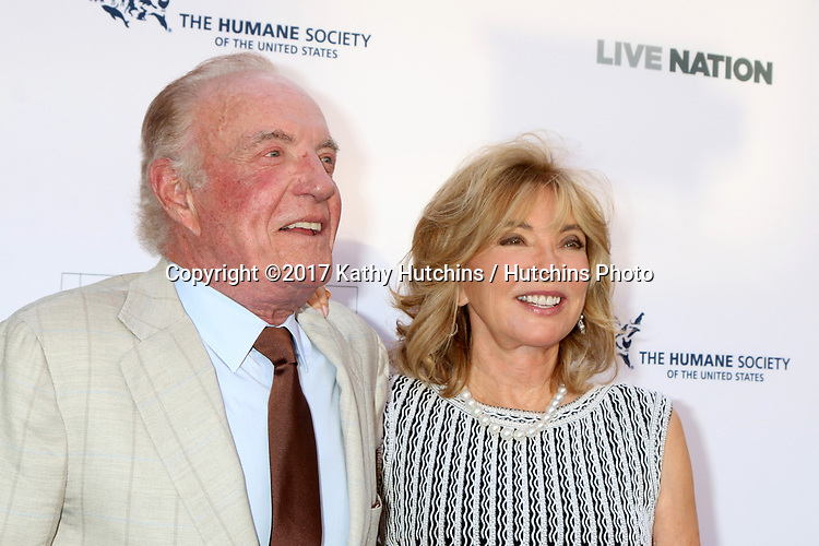 LOS ANGELES - APR 22:  James Caan, Margie Perenchio at the 2017 The Humane Society Gala at Parmount Studios on April 22, 2017 in Los Angeles, CA