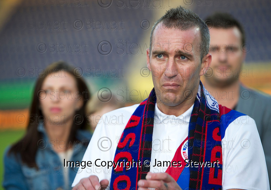 Fernando Ricksen Testimonial :  A tearful Fernando Ricksen after the game.