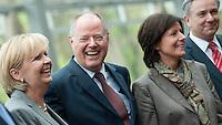 Berlin, der SPD-Kanzlerkandidat Peer Steinbr&uuml;ck (M.) steht am Donnerstag (02.05.13) in der Landesvertretung Nordrhein-Westfalen in Berlin neben der Ministerpr&auml;sidentin von Nordrhein-Westfalen, Hannelore Kraft (SPD, v.l.), der Ministerpr&auml;sidentin von Rheinland-Pfalz, Malu Dreyer (SPD) und Berlins Regierendem Buergermeister Klaus Wowereit (SPD) bei einem Treffen der SPD-Ministerpr&auml;sidenten.<br /> Foto: Steffi Loos/CommonLens