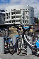 Leihfahrrad Vel'oh vor HypoVereinsbank (Unicredit)-Architekten Richard Meier und Frank Stella- im Bankenviertel, Stadt Luxemburg, Luxemburg