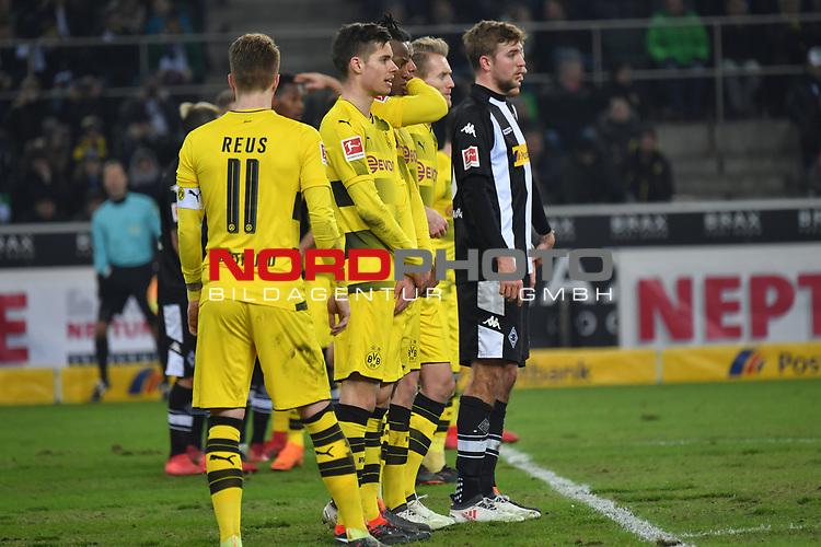 18.02.2018, Borussia Park, M&ouml;nchengladbach, GER, 1. FBL., Borussia M&ouml;nchengladbach vs. Borussia Dortmund<br /> <br /> im Bild / picture shows: <br /> Dortmunder Mauer Marco Reuss (Borussia Dortmund #11), vorne hintenChristoph Kramer (Gladbach #6),  <br /> <br /> Foto &copy; nordphoto / Meuter