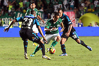 CALI -COLOMBIA-22-06-2013. Carlos Lizarazo (D) del Deportivo Cali disputa el balón con Lewis Ochoa (I) de Millonarios durante partido de los cuadrangulares finales, fecha 3, de la Liga Postobón 2013-1 jugado en el estadio Pascual Guerrero de la ciudad de Cali./ Deportivo Cali player Carlos Lizarazo (R) fights for the ball with Millonarios player Lewis Ochoa (L) during match of the final quadrangular 3th date of Postobon League 2013-1 at Pascual Guerrero stadium in Cali city  Photo: VizzorImage/Juan C. Quintero/STR
