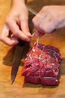 Europe/France/Ile de France/92/Hauts-de-Seine/ Asnières: Yves-Marie Le Bourdonnec  boucher prépare un roti de boeuf- Boucherie: Le Couteau d'Argent