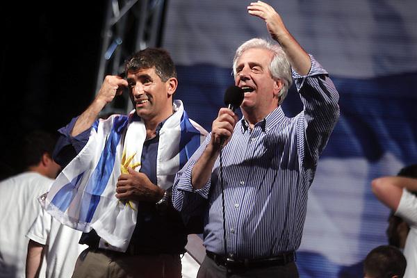 """MON34. MONTEVIDEO (URUGUAY), 26/10/2014.- El expresidente y candidato presidencial uruguayo por el Frente Amplio (FA) Tabaré Vázquez (d) y su compañero de formula, Raúl Sendic (i), participan en un acto público tras las elecciones de hoy, domingo 26 de octubre de 2014, en Montevideo (Uruguay). Tabaré Vázquez, candidato presidencial del Frente Amplio (FA), ofreció hoy """"diálogo"""" y """"experiencia"""" para buscar """"consensos políticos"""" que le permitan obtener la jefatura del Estado de cara a una segunda vuelta electoral. EFE/Iván Franco"""