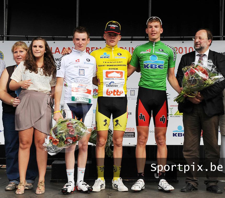 West Vlaanderen Cycling Tour 3de rit Deerlijk : leider in de gele trui Piotr Havik op het podium met naast zich de witte trui Tjorven Desplenter (links) en groene trui Niels Vanderaerden (rechts).foto VDB / BART VANDENBROUCKE