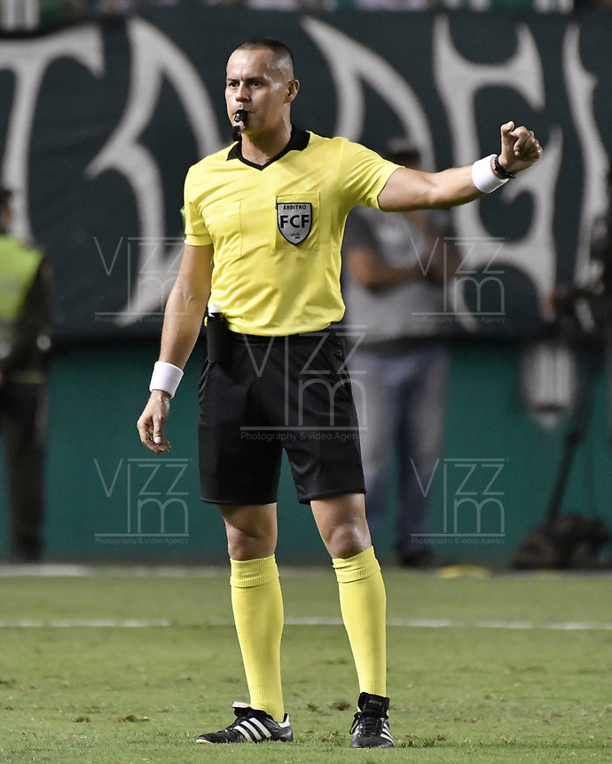 PALMIRA - COLOMBIA, 21-08-2019: Edilson Ariza Moreno, arbitro, durante partido entre Deportivo Cali y Atlético Nacional por la fecha 7 de la Liga Águila II 2019 jugado en el estadio Deportivo Cali de la ciudad de Palmira. / Edilson Ariza Moreno, referee, during match between Deportivo Cali and Atletico Nacional for the date 7 as part Aguila League II 2019 played at Deportivo Cali stadium in Palmira city. Photo: VizzorImage / Gabriel Aponte / Staff