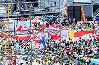 RIO DE JANEIRO, RJ, 28 DE JULHO DE 2013 -JMJ RIO 2013-MISSA DO ENVIO COM O PAPA FRANCISCO- Peregrinos Poloneses comemoram o anúncio feito por Papa Francisco , em Copacabana, na missa do envio, informando que a Polônia receberá a próxima Jornada Mundial da Juventude, em Copacabana, zona sul do Rio de Janeiro.FOTO:MARCELO FONSECA/BRAZIL PHOTO PRESS