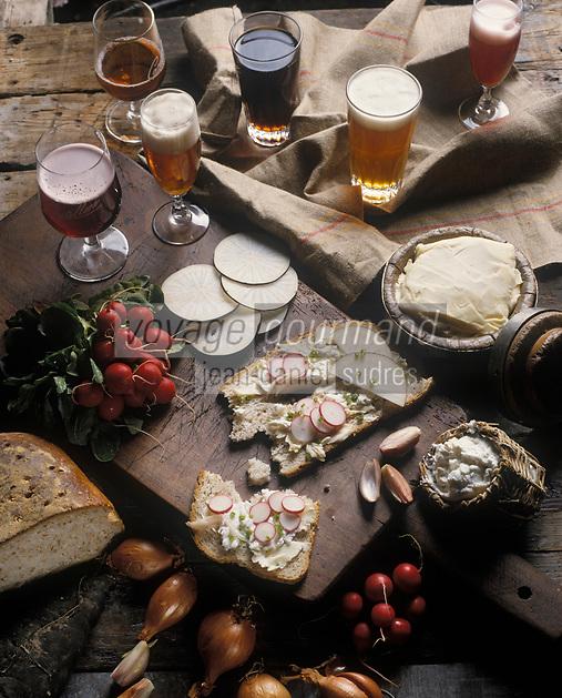 Europe/Belgique/Bruxelles: les bièresde Bruxelles,  Gueuze et Kriek  que l'on boit en dégustant la traditionelle tartine de fromage blanc et radis et herbes
