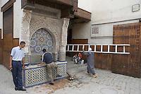 Afrique/Afrique du Nord/Maroc/Fèz: Dans la médina de Fèz-El-Bali la fontaine sur la place en-Nejjarin
