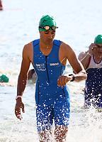 Der spätere Sieger Pascal Ramali kommt aus dem Wasser und kontrolliert die Uhr - Mörfelden-Walldorf 15.07.2018: 10. MöWathlon