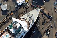 4415/ Queen Mary 2 im Dock: EUROPA, DEUTSCHLAND, HAMBURG, (EUROPE, GERMANY), 14.11.2005:Queen Mary 2 in  Hamburgm  bei Blohm & Voss zu Wartung und Reparaturen.  Sie ist mit 345 m das groesste Passagierschiff der Welt. Das Schiff wird im Trockendock Elbe 17 bearbeitet. Die deutsche Werft Blohm und Voss ist ein Tochterunternehmen zu der ThyssenKrupp AG. Man hat sich heute auf Marineschiffe, schnelle Faehr- und Passagierschiffe sowie Mega-Yachten spezialisiert..