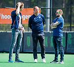 BLOEMENDAAL - coach Teun de Nooijer (Bldaal) met Jordy Lodewijks (fysio) tijdens de tweede Play Out wedstrijd hockey dames, Bloemendaal-MOP (5-1)  COPYRIGHT KOEN SUYK