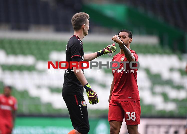 Vor dem Spiel: Torwart Lukas Hradecky (Leverkusen) und Karim Bellarabi (Leverkusen).<br /><br />Sport: Fussball: 1. Bundesliga: Saison 19/20: 26. Spieltag: SV Werder Bremen - Bayer 04 Leverkusen, 18.05.2020<br /><br />Foto: Marvin Ibo GŸngšr/GES /Pool / via gumzmedia / nordphoto